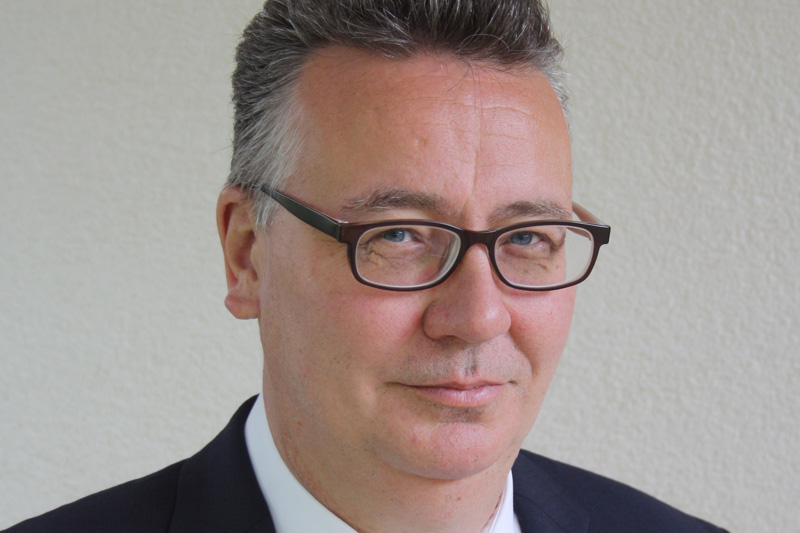 """Ralf Ostheider, Leiter Vertrieb und Mitglied der Geschäftsleitung, etampa AG, Grenchen/Schweiz: """"Als Schweizer Produktionsunternehmen leben wir überwiegend vom Export, das ist sicher kein Geheimnis. Die Entwicklung des Wechselkurses gleicht dabei einem Wechselbad der Gefühle: Wenn der Euro schwächer wird – was beim Brexit möglich wäre – wird der Export unserer Produkte zu wettbewerbsfähigen Preisen nochmal schwieriger werden. Nach einer gegenteiligen Entwicklung sieht es eher nicht aus, denn bereits im Frühjahr 2016, noch vor der Brexit-Entscheidung, hatte die Schweizer Nationalbank ihre Euro-Stützungskäufe verdoppelt."""""""