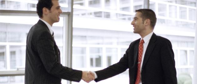 Personalentwicklung: Persönliche Gespräche mit dem Arbeitgeber fördern die Leistungsbereitschaft der Arbeitnehmer.