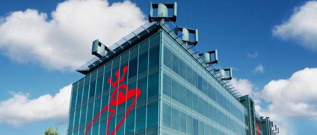 Verwaltungsgebäude von Werner & Mertz mit Windkraftanlagen