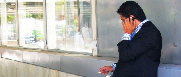 Der Arbeitgeber kann verlangen, dass die Zeit, die der Mitarbeiter in der Raucherpause war, nachgearbeitet wird.
