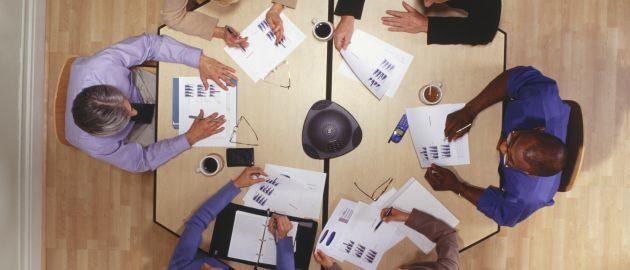 Alle an einem Tisch: Schnelle Entscheidungswege sind ein Vorteil von Familienunternehmen.