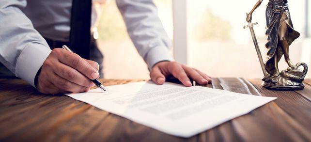 Komplizierte Verträge: Bei Testamenten und Schenkungen gilt es einige Regelungen zu beachten.