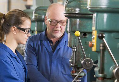 Erfahrung von Vorteil: Immer mehr ältere Erwerbsfähige werden eingestellt, um fehlenden Nachwuchs auszugleichen. Dadurch sinkt die Arbeitslosenquote der 55- bis 65-Jährigen weiter.