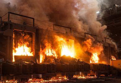 Flammeninferno: Ein Brand in einer Gewerbeimmobilie gefährdet nicht nur Menschenleben, sondern verursacht auch hohe Schäden. Unternehmen mit Versicherung sind in einem solchen Fall klar im Vorteil.