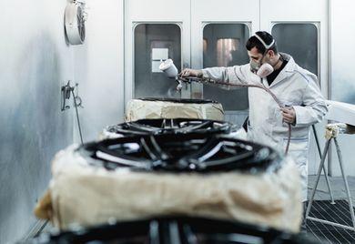 Gefahren im Unternehmen: Die Produktion und Verwendung von Lacken kann Umweltschäden verursachen.