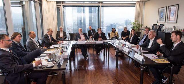 """Engagierte Diskussion in großer Runde: Bei der """"Allianz für den Mittelstand – die IT-Allianz"""" berichteten die Teilnehmer, welche IT-Projekte sie abgeschlossen haben und wo sie die wichtigsten Bereiche ihrer IT-Investitionen sehen."""