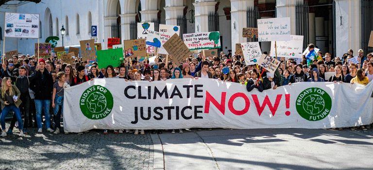 """Nicht mehr nur junge Leute: Neben den Fridays-for-Future-Demonstranten, die häufig Schüler und Studenten sind, wie hier in München, sollen am kommenden Freitag beim """"Klimastreik"""" auch zahlreiche Arbeitnehmer mitdemonstrieren."""