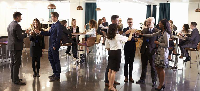 Krawall und Remmidemmi: Damit bei Betriebsfeiern am nächsten Tag nicht der Kater kommt, sollten Unternehmen einiges beachten.