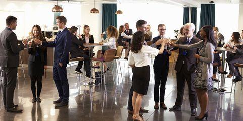 Besser gesittet: Damit bei Betriebsfeiern am nächsten Tag nicht der Kater kommt, sollten Unternehmen einiges beachten.