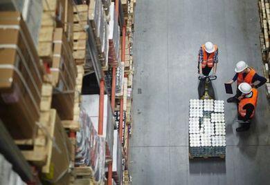 Von wegen Automatisierungswelle: Die meisten mittelständischen Unternehmen bereiten Sendungen manuell für den Export vor.