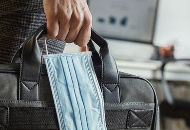 Schutz im Büro: Um Infektionen auf der Arbeit zu vermeiden, sollten die Mitarbeiter die Abstandsregeln sowie das Hygienekonzept des Unternehmens einhalten.