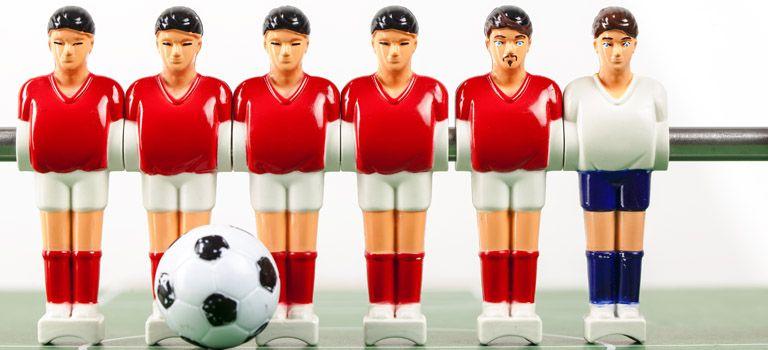 Raus die Brust, auch ohne Sponsor: Die Figuren beim Tischkickern sind so werbefrei wie die Fußballer vor 50 Jahren.