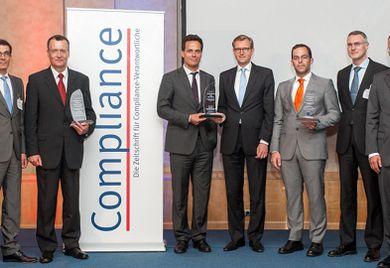 Die Preisträger der Compliance Awards 2013 mit Laudatoren und Redaktion