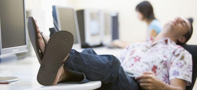 Doppeltes No-Go: Die Flip-Flops, die dieser Mitarbeiter trägt, dürften noch sein geringstes Problem sein.