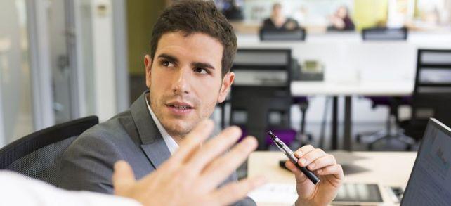 """Laut Gesetz greift das Nichtraucherschutzgesetz bei der E-Zigarette nicht. Dennoch können Arbeitgeber unter Umständen ein """"Dampfverbot"""" erteilen."""