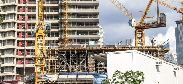 Viele Baustellen in Brasilien stehen still, die Wirtschaft findet nicht aus der Rezession heraus. Der deutsche Mittelstand sollte seine Projekte und Exporte daher gut absichern.