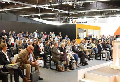 """Dicht gedrängt im Auditorium: Fachvorträge von Industrieanbietern erfreuen sich auf Messen wachsender Beliebtheit, so wie hier auf der """"Fach Pack"""" 2018."""