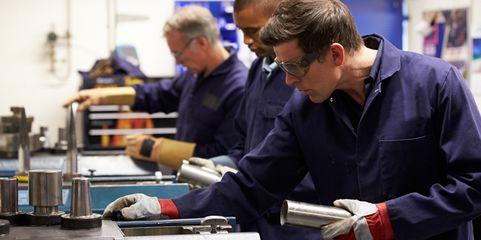 Je nach Auftragslage: Geht der Umsatz eines Unternehmens zurück, werden in der Produktion auch weniger Mitarbeiter benötigt. Eine Alternative zur Kündigung ist die Kurzarbeit.