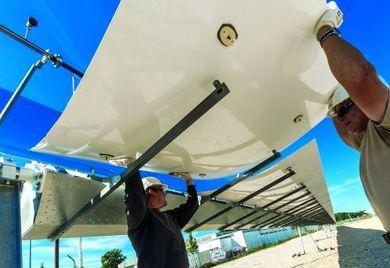 Mit beweglichen Reflektoren fangen Solarthermie-Kraftwerke das Sonnenlicht ein und wandeln es in Strom um. Die Experten von Protarget haben schon deutschlandweit Anlagen gebaut (wie hier in Bad Aibling). Inzwischen kommen viele Aufträge aus Nordafrika.