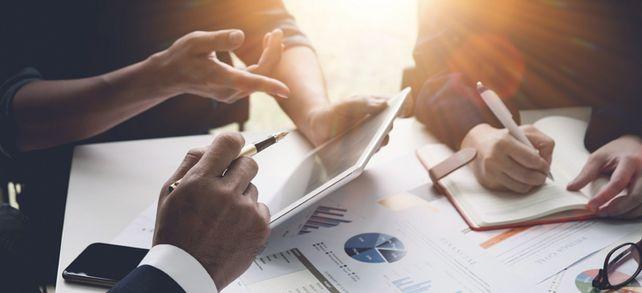 Komplexe Verhandlungen: Bis ein Unternehmensverkauf abgeschlossen ist, vergehen mindestens sechs Monate.