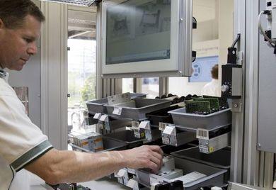 Modulare Fertigungslinie für Industrie 4.0: Auch manuelle Arbeitsplätze sind von der digitalen Transformation betroffen.