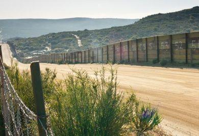 Ödnis und Abschottung: Der Grenzzaun zwischen Mexiko und den USA soll illegale Einwanderer fernhalten. Er ist aber auch Symbol für die neue Skepsis gegenüber vertrauten Handelspartnern – und die Schranken, in die man sie weist.