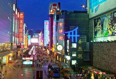 Die Chunxi Street in Chengdu. Die Stadt gehört zu den aufstrebenden Metropolen in Chinas Westen.