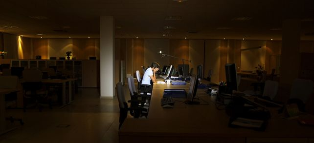 Viele Arbeitnehmer arbeiten mit über 48 Stunden mehr, als die EU-Richtlinien vorgeben. Vor allem ältere Mitarbeiter sind betroffen.