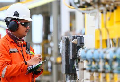 Auch auf die richtige Schutzkleidung kommt es an: Bei der Arbeitssicherheit müssen Unternehmen einige Aspekte beachten.
