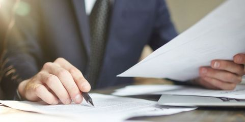 Blick aufs Detail: Die Angaben auf den Exportdokumenten sollten Mittelständler penibel prüfen und mit den Akkreditiv-Vereinbarungen vergleichen.
