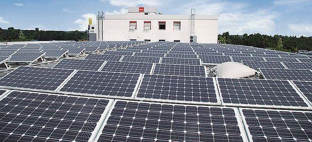 Eine große PV-Anlage auf den Dächern des Gebäudes des Sitzmöbelherstellers Köhl sichert die Eigenstromerzeugung des Mittelständlers.