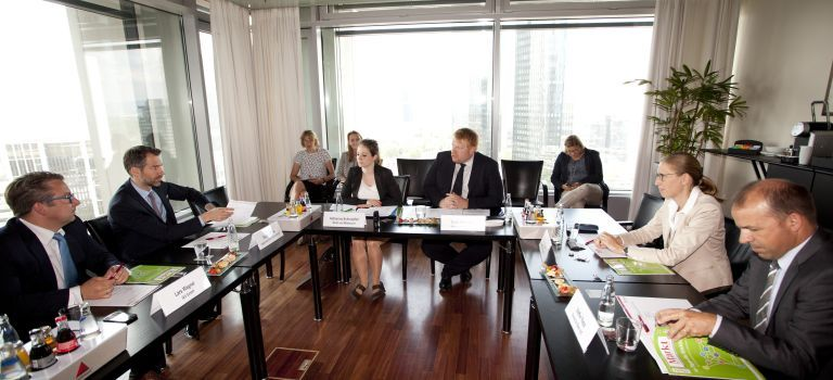 Die Teilnehmer der Finanzierungsallianz diskutierten in Frankfurt am Main über Mittelstandsanleihen und Konsortialkredite.