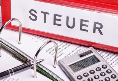 Volle Aktenordner: Bis zu den Abgabeterminen für die Steuererklärung müssen Unternehmen alle wichtigen Unterlagen beisammen haben.