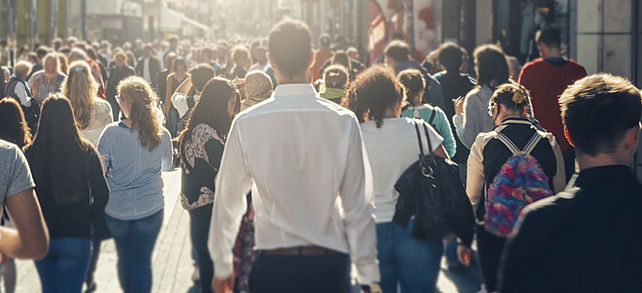 Menschenmengen vermeiden: Unternehmen müssen kontrollieren, dass sich in ihren Geschäften oder Produktionshallen die Menschen nicht zu nahe kommen.