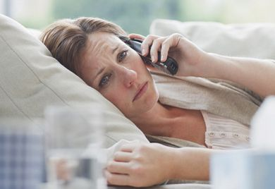Bescheid sagen nicht vergessen: Wer krank zu Hause bleibt, sollte spätestens zum eigentlichen Arbeitsbeginn den Arbeitgeber informieren.