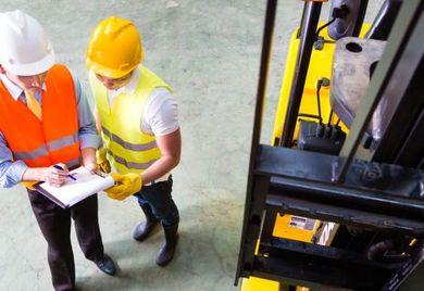 Das Tragen von Helmen bei der Arbeit ist längst nicht in allen Ländern der Welt üblich. Mittelständler setzen sich mehr für gute Arbeitsbedingungen ein als große Unternehmen.