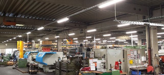 Produktionshalle der IAV Drehteile GmbH: Die Umrüstung auf moderne Lichttechnik musste bei laufendem Betrieb gelingen. Der Metallverarbeiter setzte bei der Modernisierung auf eine Beleuchtungsanlage mit Einzelleuchten als variables Lichtband an einer Leuchtenträgerschiene.