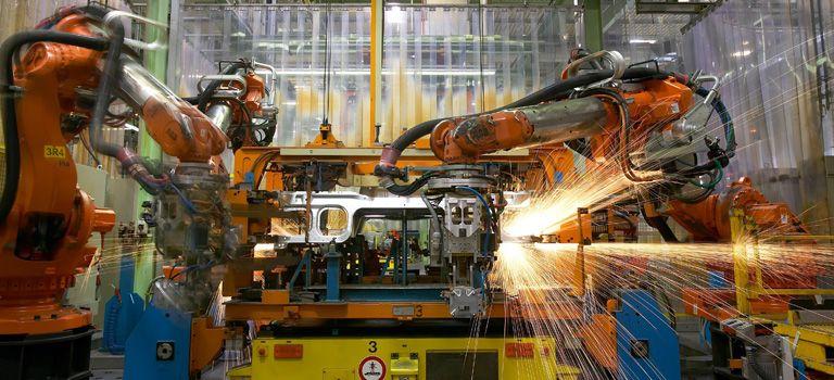 Industrieroboter im Einsatz: Schon bald sollen sie mit Menschen enger zusammenarbeiten.