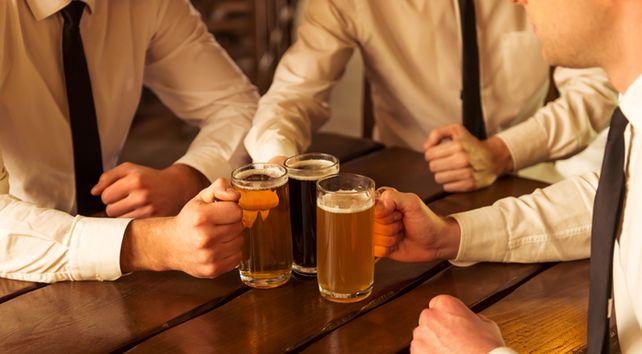 Vorsicht auch nach Feierabend: Ob man Geschäftspartner noch zum Bier einladen darf, kann Teil eines Code of Conduct sein.