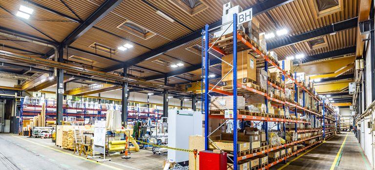 Gute Sicht: Der Hersteller von Brandlöschsystemen Fagus-Grecon setzt in seiner Produktionshalle Lampen der Deutschen Lichtmiete ein.