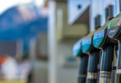 Irgendwann kommt jeder: Geschäftswagen mit Verbrennungsmotor müssen regelmäßig tanken. Tankkarten erleichtern die Abrechnung – und können oft noch mehr.