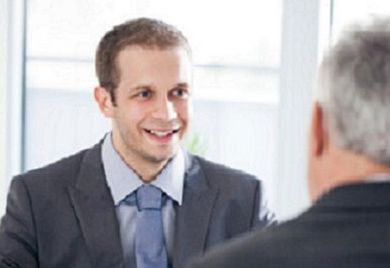 Besonders junge Kandidaten sollten sich sorgfältig auf ein Vorstellungsgespräch vorbereiten: Selbstmarketing ist wichtig.