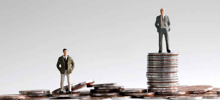 Oben angekommen: Wer es zum Geschäftsführer eines Unternehmens gebracht hat, bekommt in vielen Fällen ein sechsstelliges Gehalt. Doch bis dahin ist es ein weiter Weg.