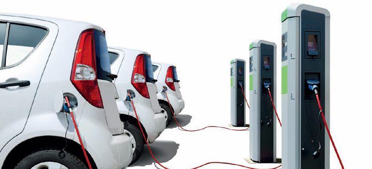 Am Tropf: Derzeit ist die Anschaffung von Elektroautos dank staatlicher Prämien recht günstig.