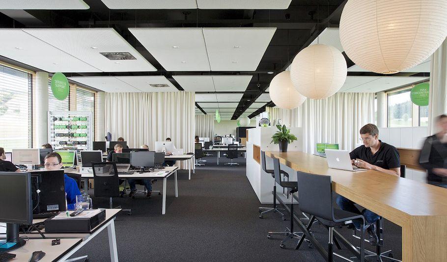"""Aufgeräumt: Blick in das Großraumbüro des """"Basecamps"""" von Loxone."""