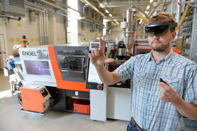 Arbeit mit Datenbrille: In der Produktion bei Weidmüller werden viele Funktionen virtuell angewendet.