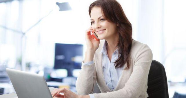 Telefoniert oder surft sie gerade privat im Büro? Zwei Drittel der deutschen Arbeitnehmer tun dies hin und wieder.