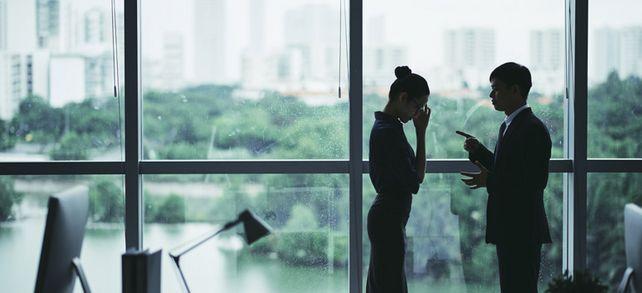 """""""Und raus bist du"""": Selbst wenn der Mitarbeiter das Vertrauen massiv geschädigt hat, sollte man auf keinen Fall laut werden, sondern die Contenance bewahren."""