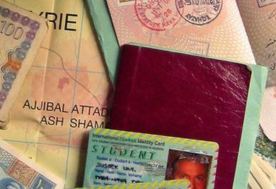 Die Angst um gefälschte Papiere und damit falsche Identitäten lassen Mittelständlern zögern, Flüchtlinge einzustellen.