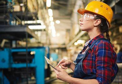 Omnipräsente Technik: Tablets und Smartphones gehören heute auch in vielen Büros und in der Produktion zum Arbeitsalltag.
